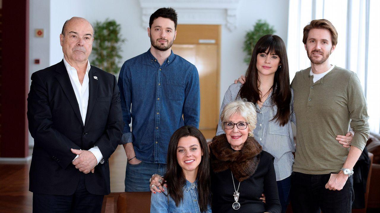 Concha Velasco junto a su hijo Manuel, Antonio Resines, y el resto de actores que participan en «El funeral»