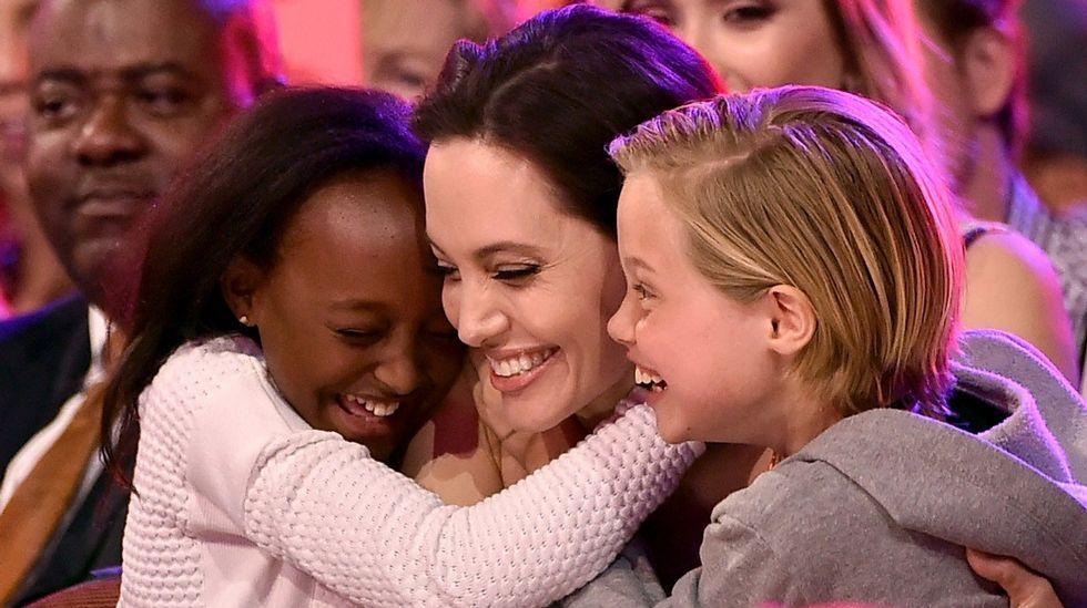 Famosas «golpeadas»contra la violencia de género.Angelina Jolie junto con sus hijos Zahara (a la izquierda) y Shiloh Nouvel (a la derecha) después de ganar un premio por su papel en «Maléfica»