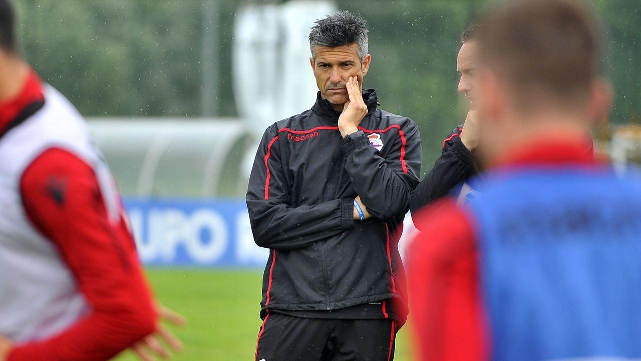Largas colas en Riazor para la final por el ascenso.Forlín, Carlos y Javi Hernández durante el Oviedo-Mallorca