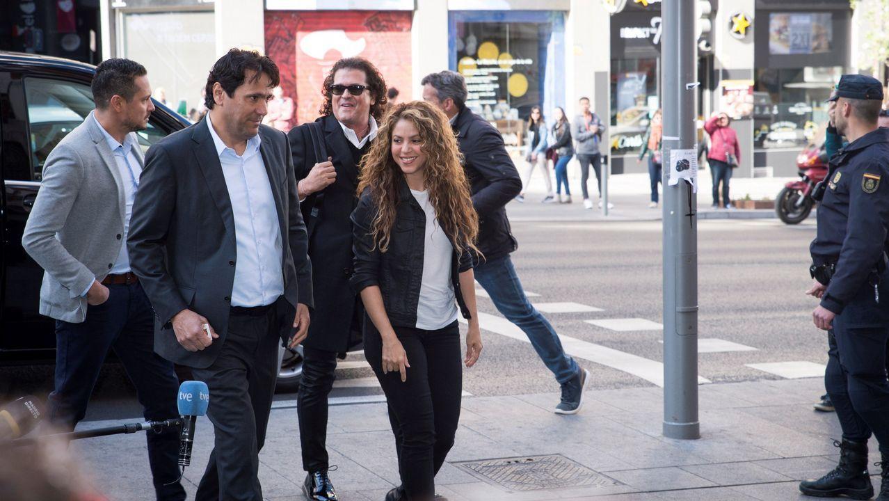 Shakira, con Carlos Vives (con gafas de sol), a su llegada a los juzgados en Madrid