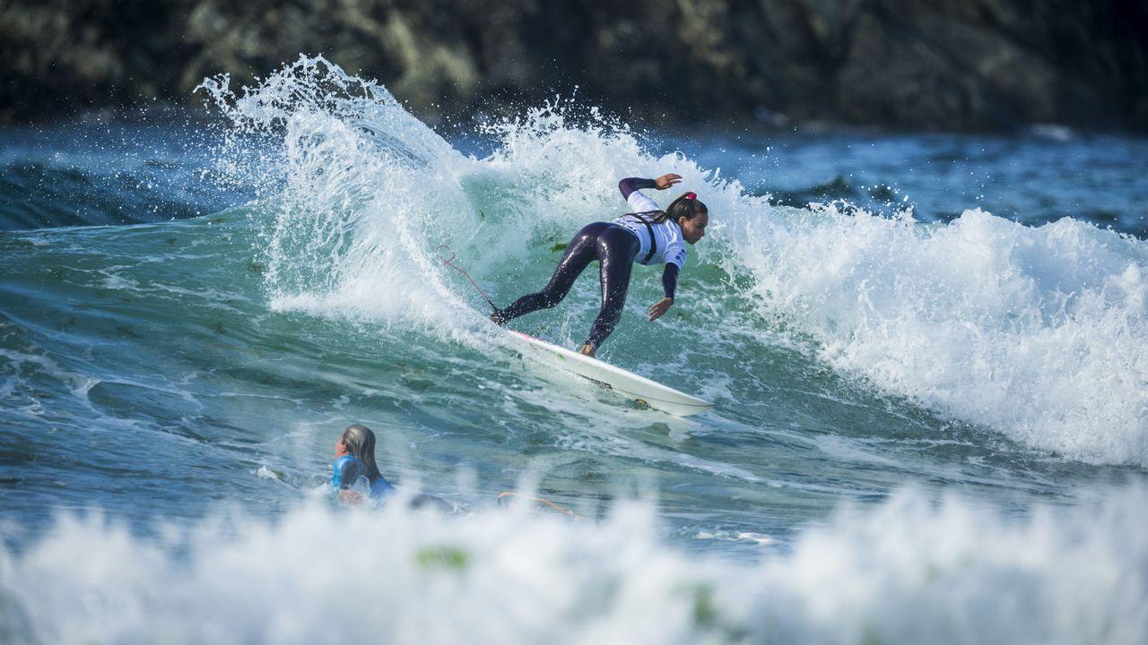 El Pantín Classic, en imágenes.Susana Veiga, con el cartel de la playa del Porto que dará nombre a una de las habitaciones