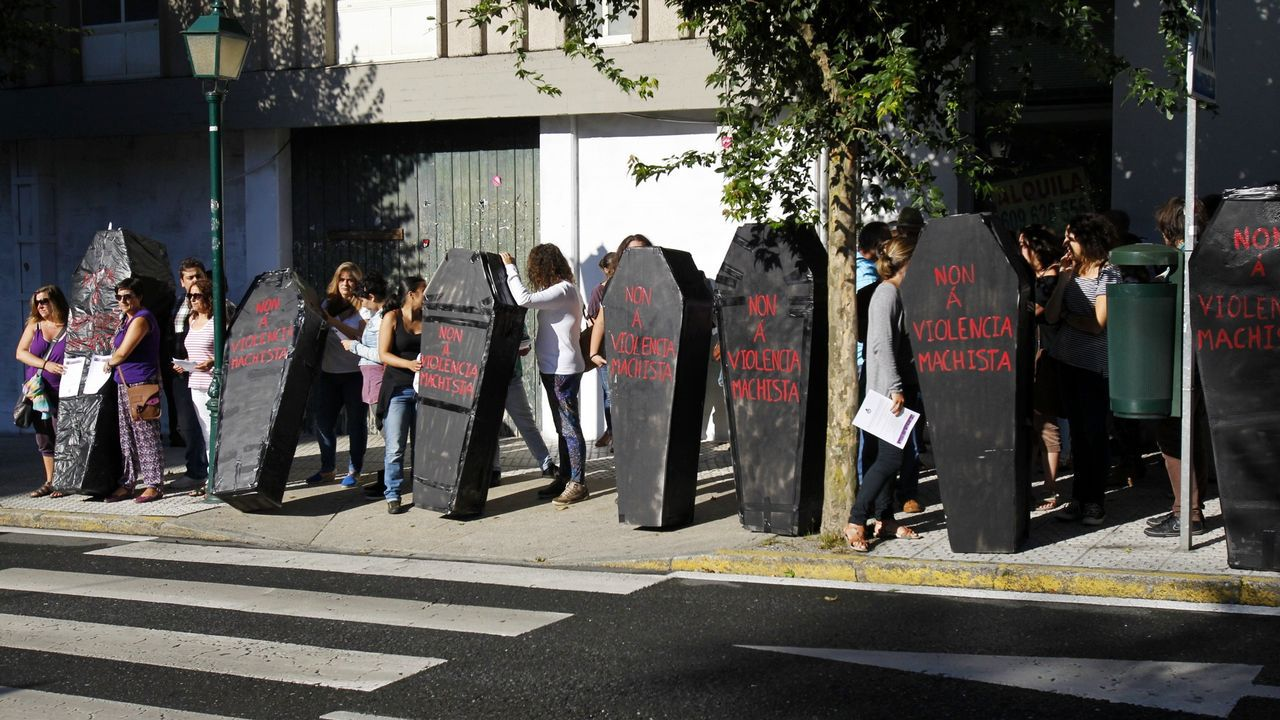 Muñecos que preparan los auxiliares educadores para su protesta por el recorte horario.Imagen de archivo de una protesta contra la violencia machista ante el Parlamento de Galicia
