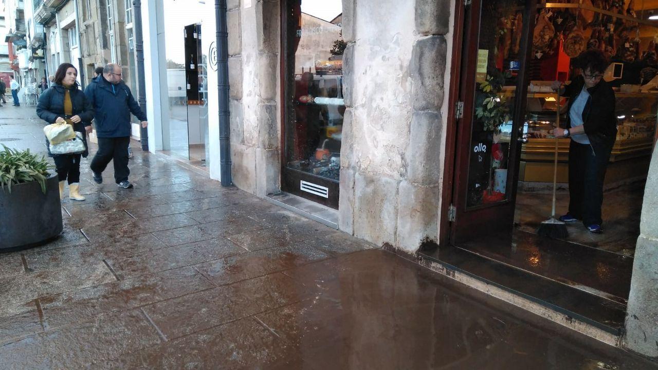 Labores de limpieza en negocios del centro de Viveiro