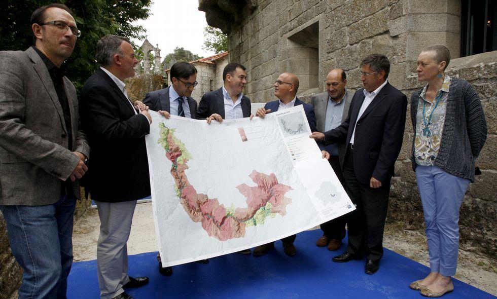 O conselleiro recibiu o mapa do territorio que se pretende declarar patrimonio da Unesco.