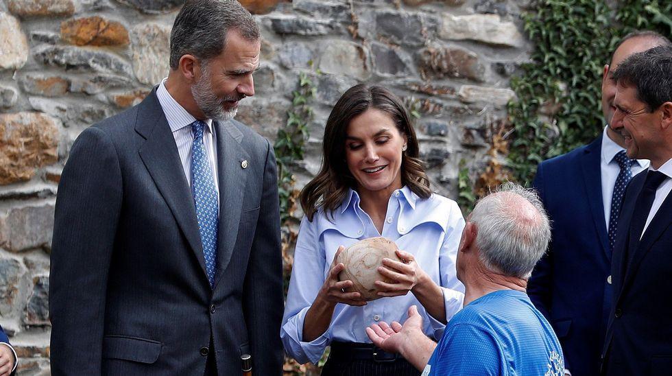 Los Reyes de España reciben una explicación del juego del bolo vaqueiro, uno de los deportes rurales más arraigados en Asturias, durante su visita a la pedanía asturiana de Moal, galardonada este año con el Premio Pueblo Ejemplar de Asturias 2018