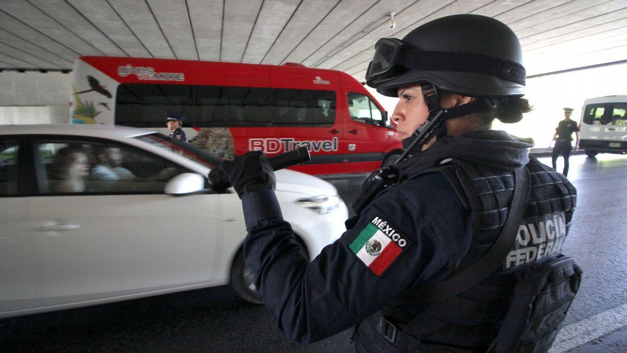 El robo de toneladas de hachís entre narcos armados deriva en una guerra con el Estado.Cifuentes muestra uno de los documentos que aportó, entre los que no estaba el trabajo final