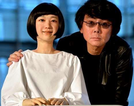 Hiroshi Ishiguro con su «hija» robot, Kodomoroid.