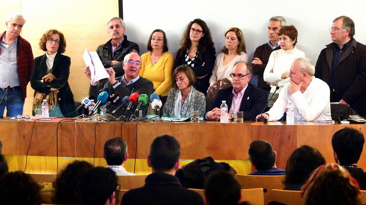 Manifestación por la atención primaria en Vigo.El conselleiro de Sanidade Vázquez Almuíña, este martes, antes de comenzar la reunión con los colectivos sanitarios