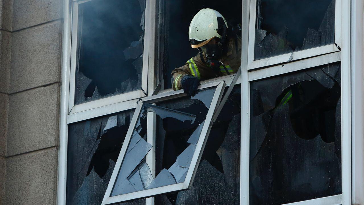 Imágenes del incendio iniciado en Dodro y que se extendió a Rianxo.Incendió en un edificio de Monte Alto