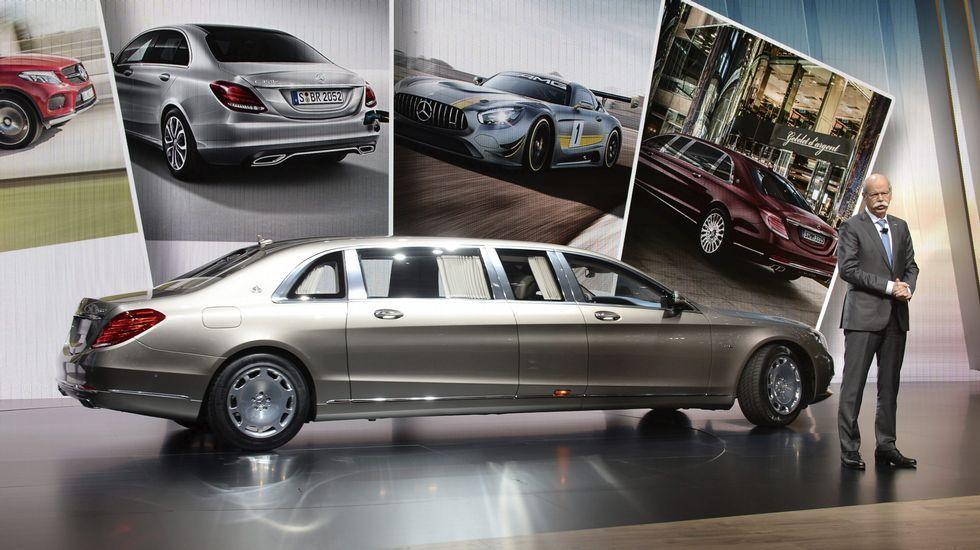 El presidente de Mercedes-Benz, Dieter Zetsche, posa junto al nuevo Mercedes-Maybach S 600 Pullmann.