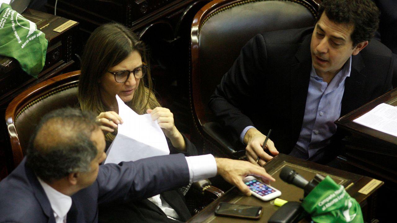 Manifestantes proabortistas y contrarios a la legalización se manifestaron frente al Parlamento de Buenos Aires durante el debate del proyecto del ley