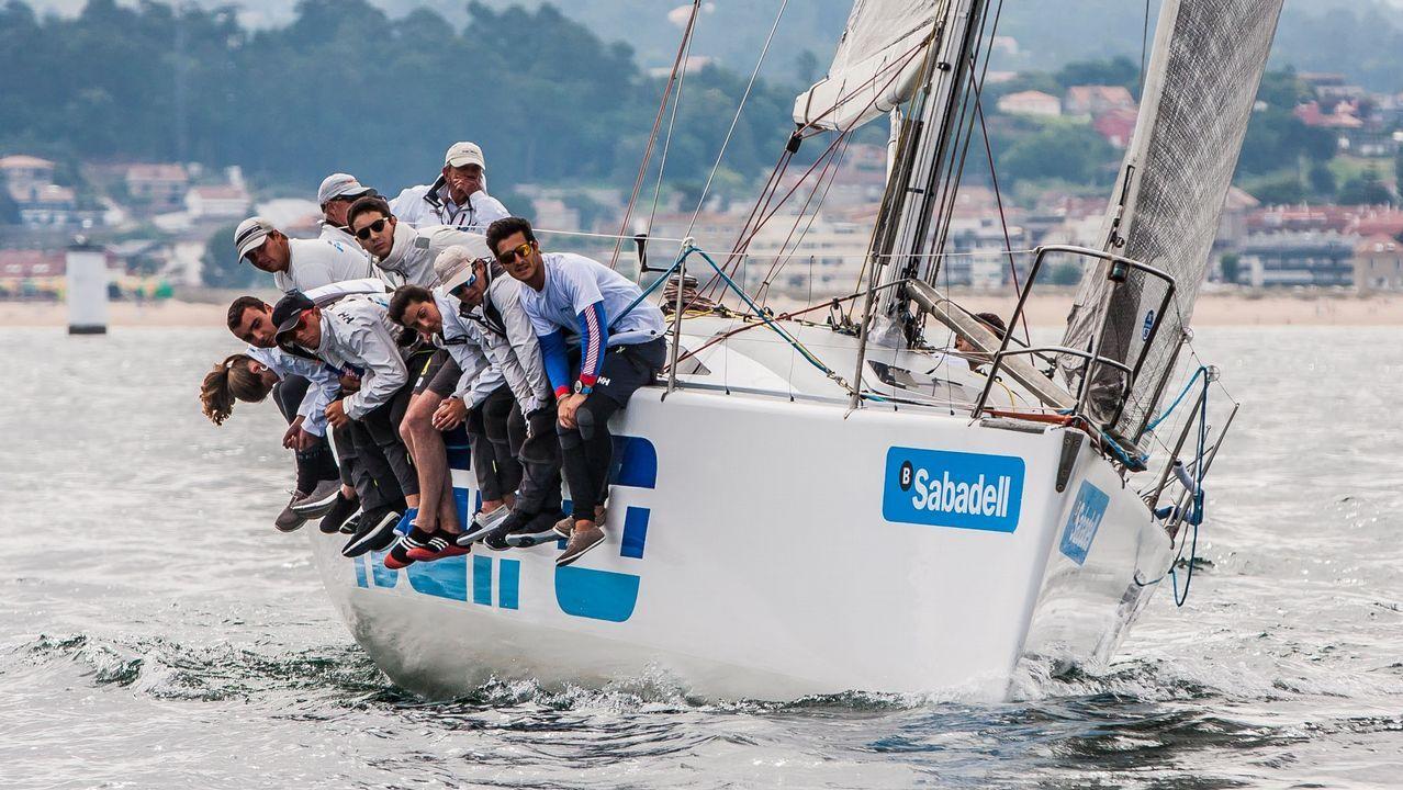 ¡Así se vive una jornada de vela enlos cursos del CINA!.Una embarcación tradicional en la ría de Vigo, donde tienen en Bouzas una marina exclusiva