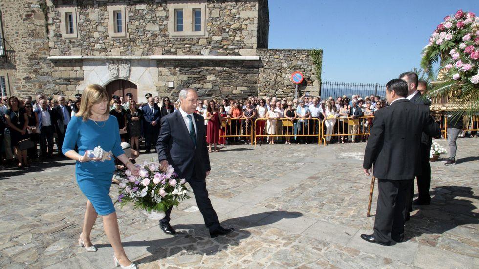 La procesión previa a la ofrenda floral, con la torre del castillo de San Vicente de fondo.El alcalde de Monforte y su mujer fueron los primeros en poner flores junto a la imagen de la virgen de Montserrat