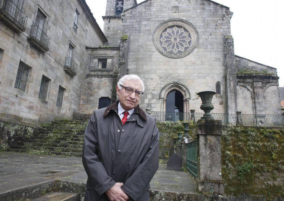 Carlos Valle delante de la iglesia de los Padres Franciscanos, donde hoy cantará la Coral Polifónica.
