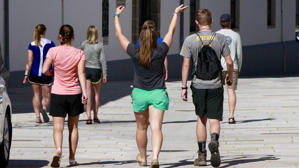 Olvidando que todavía es invierno, gallegos y turistas han optado por pantalones cortos, camisetas de tirantes e incluso chanclas