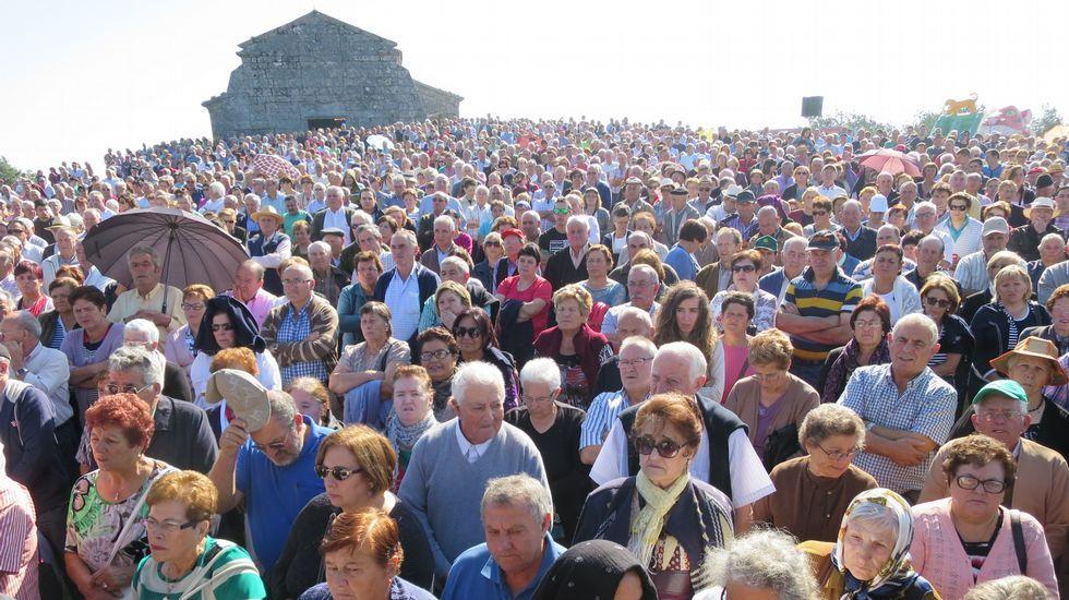 En torno al santuario chantadino de Nosa Señora do Faro se congregó un gran muchedumbre