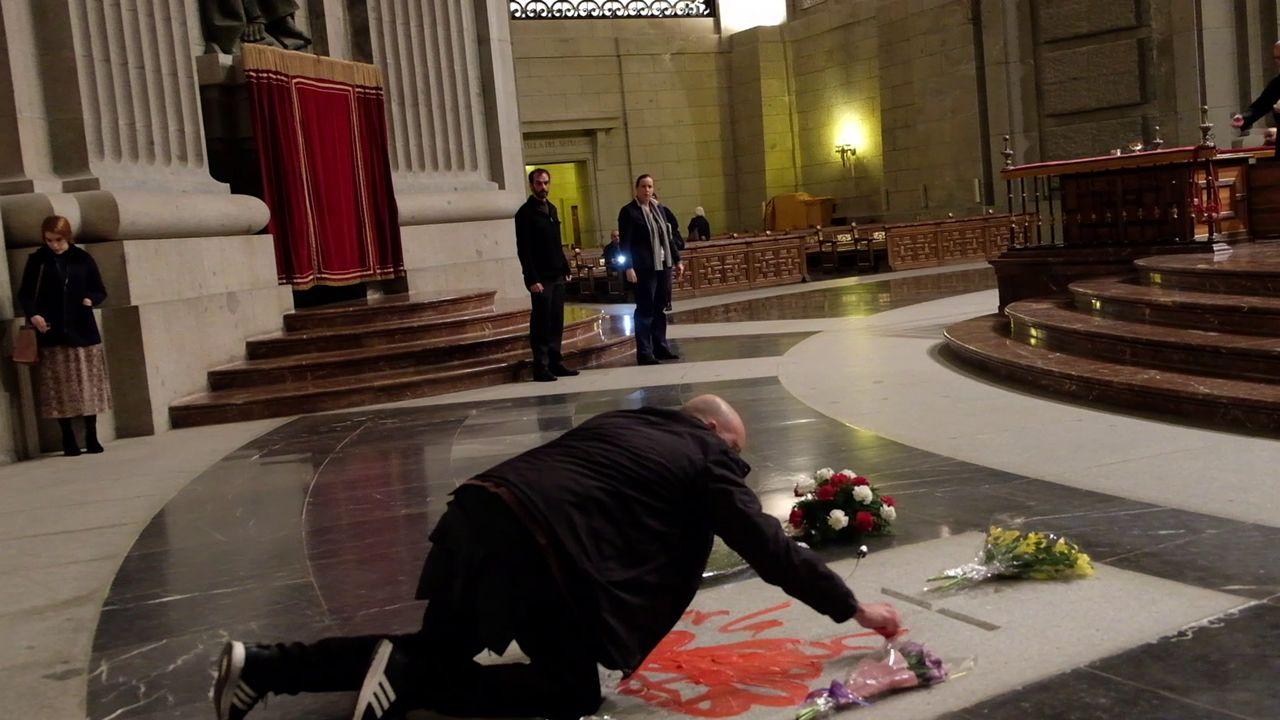 Enrique Tenreiro dibuja una paloma de la paz en la tumba de Franco.Ataque con pintura al monolito dedicado a los represaliados del franquismo