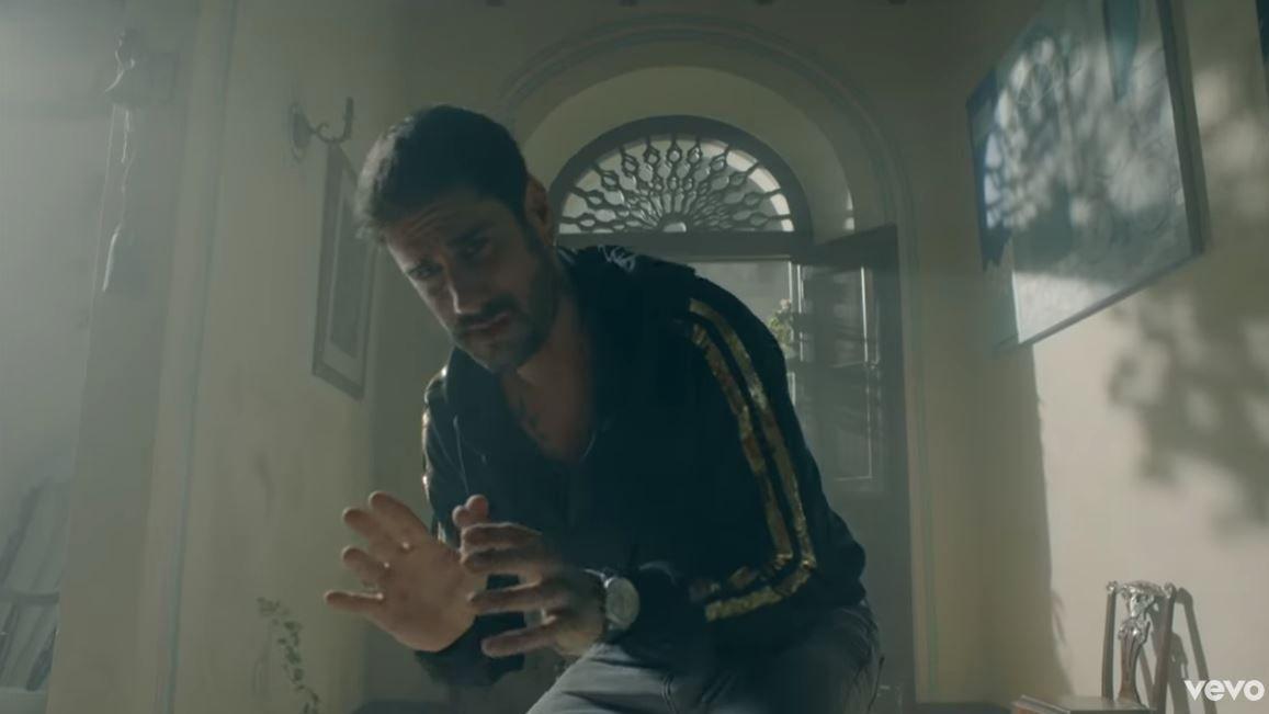 Melendi estrena su nuevo videoclip«Lo que nos merecemos».Una urna con votos