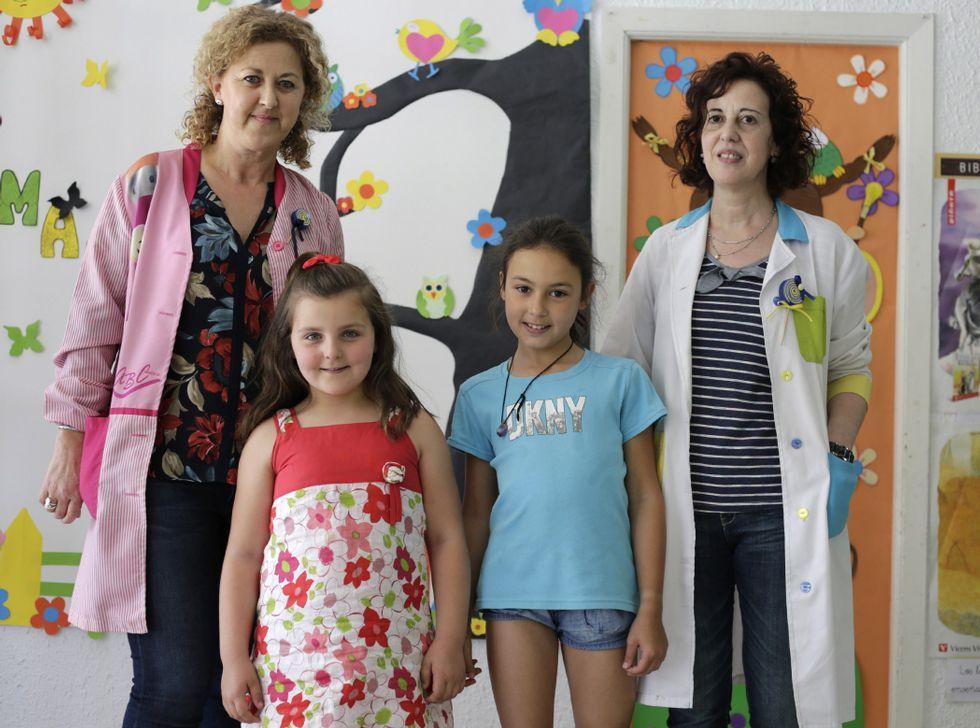Ana Isabel y Noa Pérez posan junto a sus profesoras de Castrelo.
