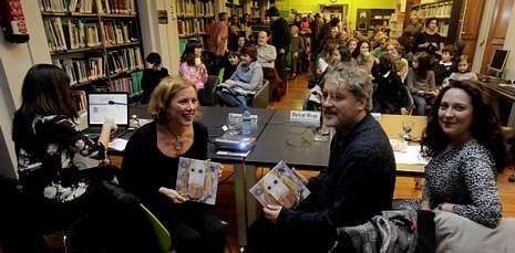 As dúas autoras, flanqueando a Manuel Rivas no acto celebrado onte en A Coruña.