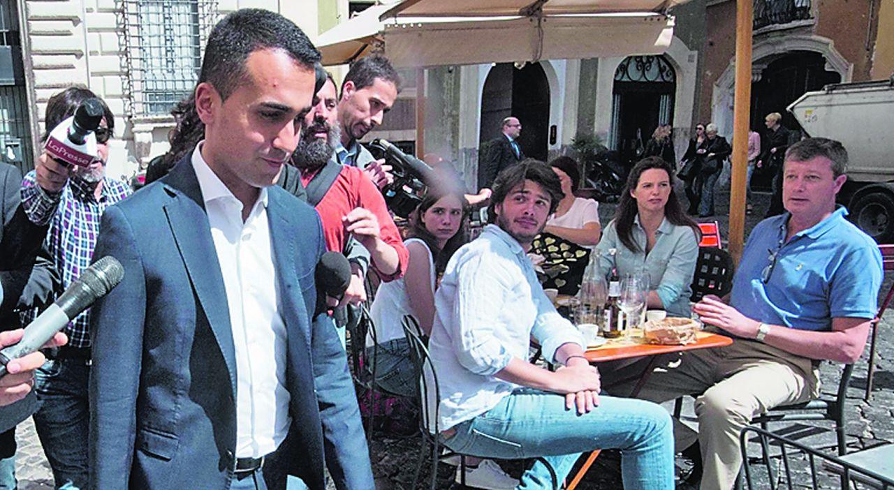 Di Maio se dirige a un restaurante para comer en Roma