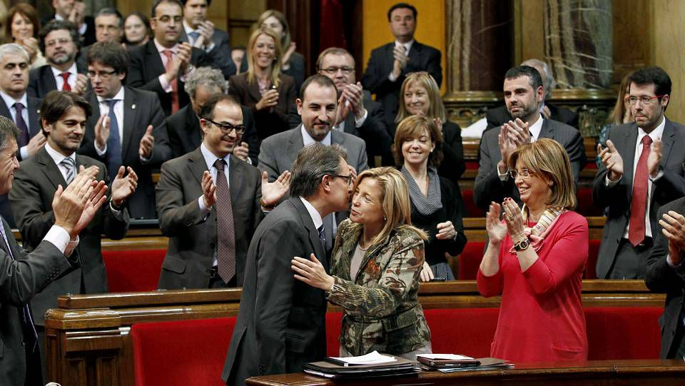 Artur Mas recibe la felicitación de la vicepresidenta en funciones, Joana Ortega, y el aplauso de los parlamentarios de CiU