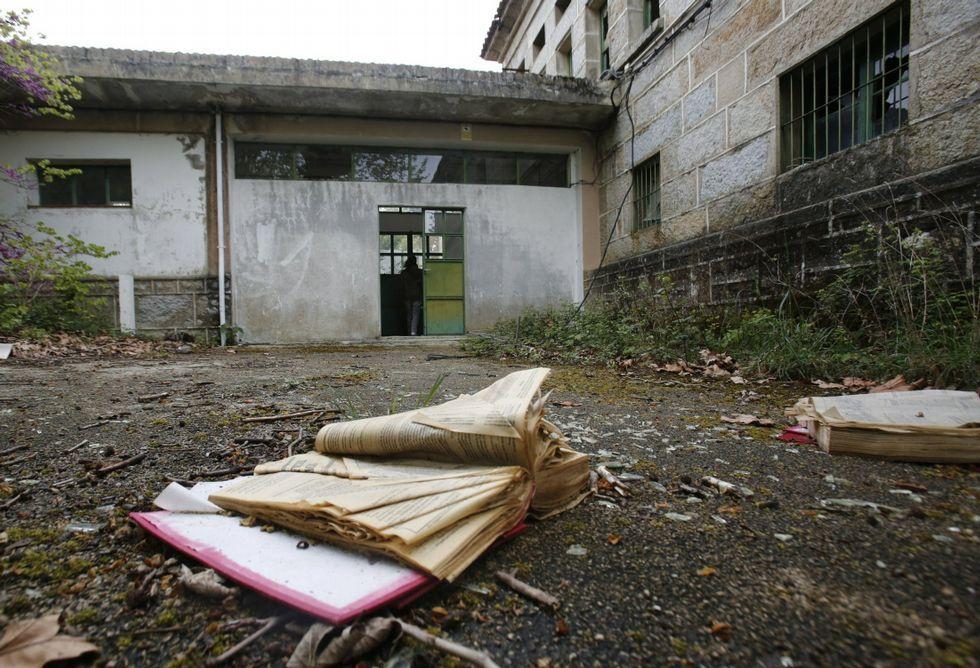 En las inmediaciones del edificio principal se encuentran restos de documentos médicos. <span lang= es-es >fotos</span><span lang= es-es > Miguel villar</span>