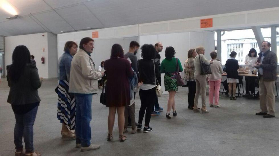 Votantes en la plaza de Abastos de Pola de Siero