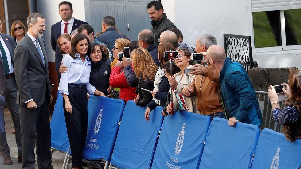 Los Reyes de España reciben dos cestas con obsequios durante su visita a la pedanía asturiana de Moal, galardonada este año con el Premio Pueblo Ejemplar de Asturias 2018