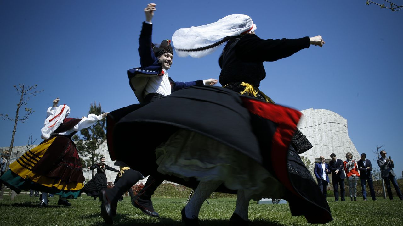 Más de un millar de artistas festejarán en Santiago la próxima declaración del baile gallego como Bien de Interés Cultural.Detalle de la exposición de Pestana inaugurada ayer en el Gaiás