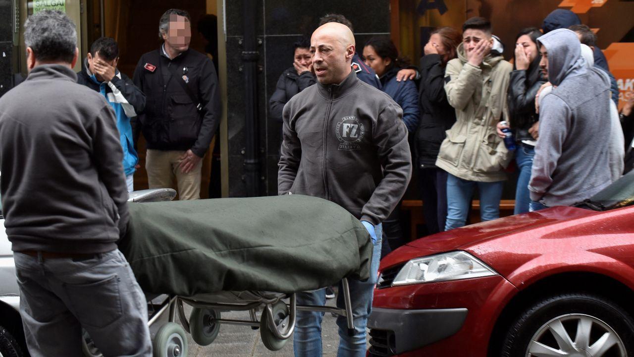 | EFE.Traslado del cadáver del joven fallecido en su vivienda, en Bermeo (Vizcaya)