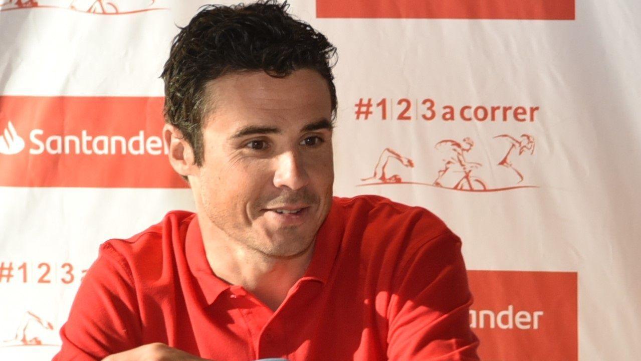 El asturiano Javier Álvarez de celebración tras cruzar la meta del Dakar
