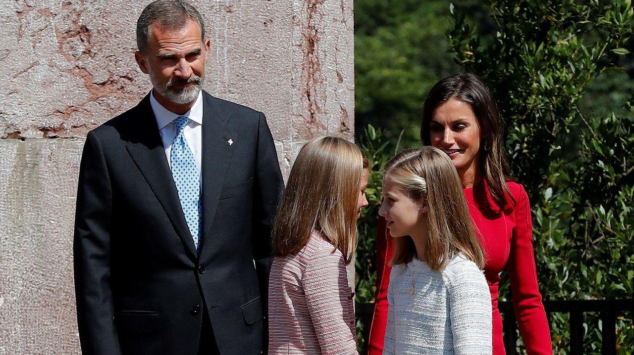 Los reyes Felipe y Letizia, junto a la princesa Leonor (d) y la infanta Sofía (i), tras realizar una ofrenda floral ante la estatua de Don Pelayo para conmemorar los 13 siglos transcurridos desde la fundación del Reino de Asturias, hoy en Covadonga