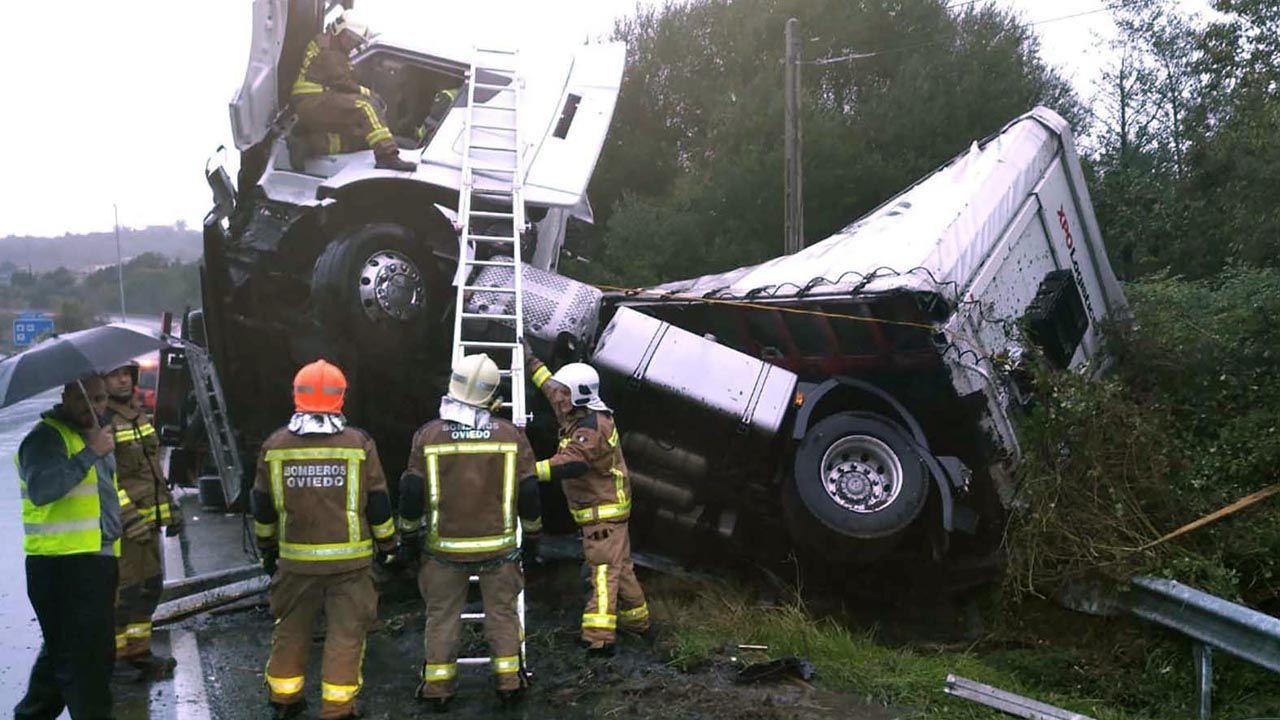 Se endurecen las penas por homicidio imprudente al volante.Los Bomberos de Oviedo rescatan a un camionero herido leve en un accidente en la A-66