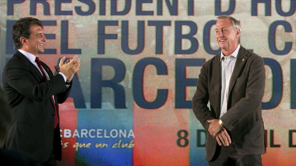 Barcelona y Amsterdam rinden tributo a la figura de Johan Cruyff.Oriol Junqueras, conseller de Economía, y Carles Puigdemont, president de la Generalitat