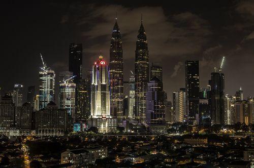 Las torres Petronas, en Kuala Lumpur (Malasia), durante del apagado de las luces