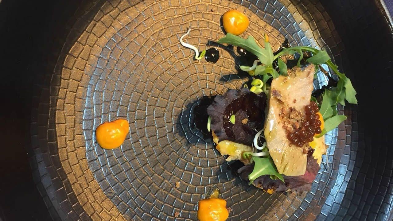 El primer plato de «Delicias de anzuelo» fue una ensalada de brotes verdes con atún de anzuelo en tosta, Arzúa-Ulloa y Castaña de Galicia