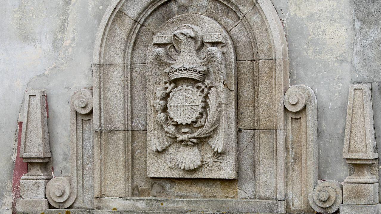 El edificio todavía conserva dos escudos preconstitucionales en dos de sus fachadas, la principal y una lateral