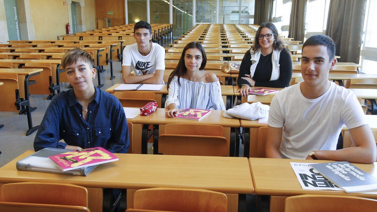 De ziquierda a derecha, cinco de los ochenta alumnos de la que será la primera promoción de Xestión Industrial da Moda: Candela, Germán, Isabel, Eva y Adrián