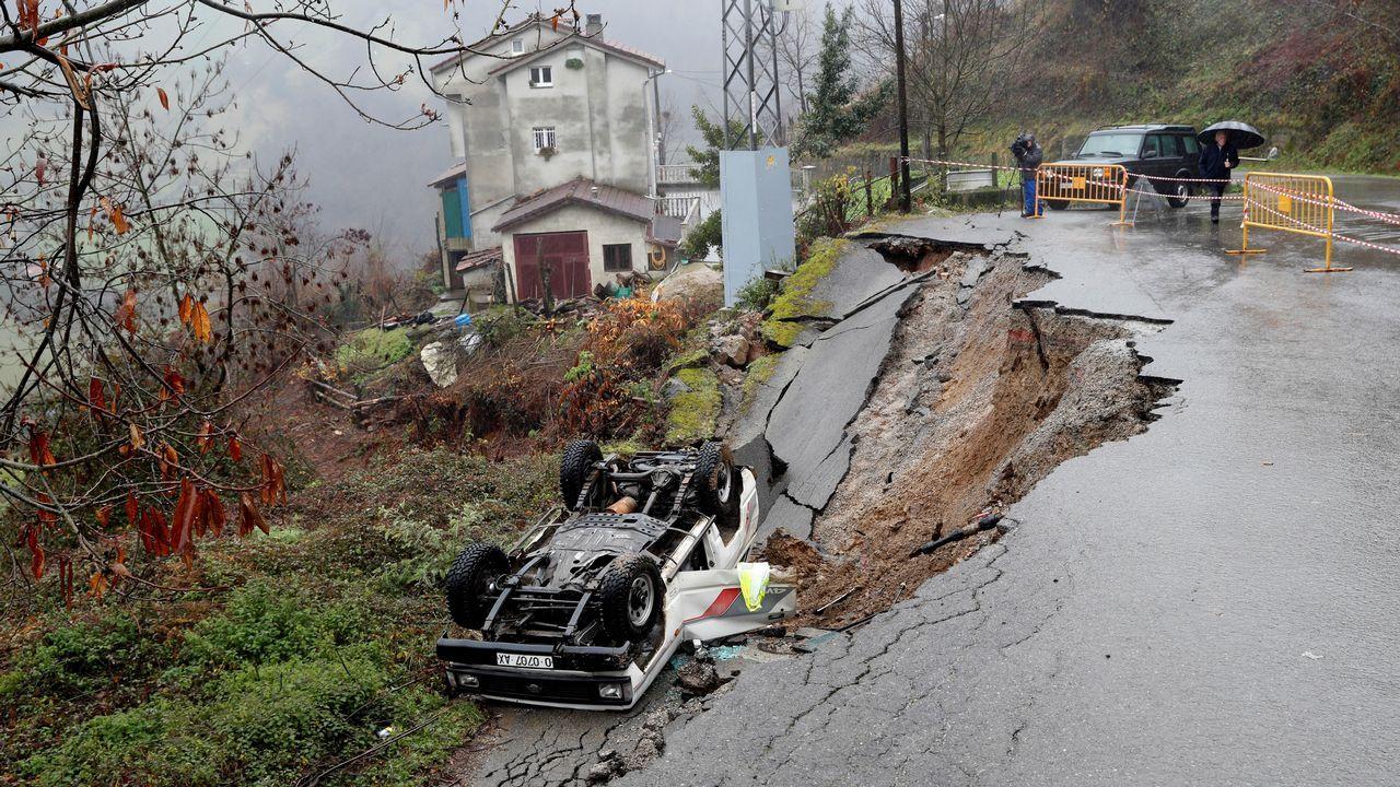 Estado en el que ha quedado el vehículo siniestrado en Lloreo, concejo de Laviana, tras un desprendiemiento de tierras, causando la muerte a un hombre de 62 años que se encontraba en su interior