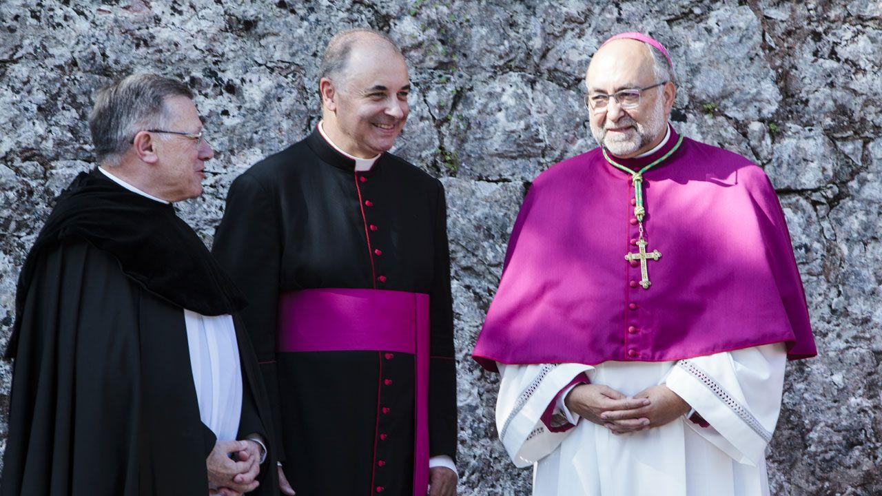 El arzobispo Sanz Montes, a la derecha, junto al abad de Covadonga y el vicario general de Oviedo