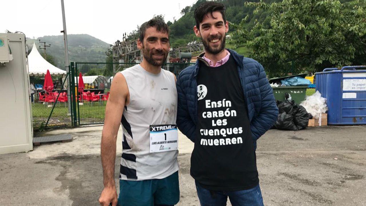 Dos participantes en la prueba, uno de los cuales reivindicó con su camiseta la continuidad de la minería