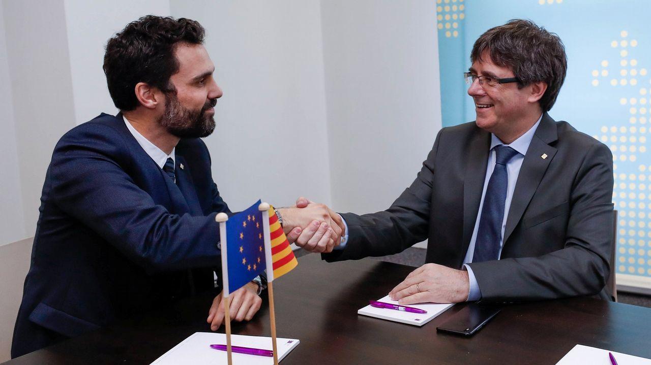 Investidura aplazada que no desconvocada en el Parlament.Carles Puigdemont y el presidente del Parlament, Roger Torrent, durante una reunión en Belgica el pasado miercoles