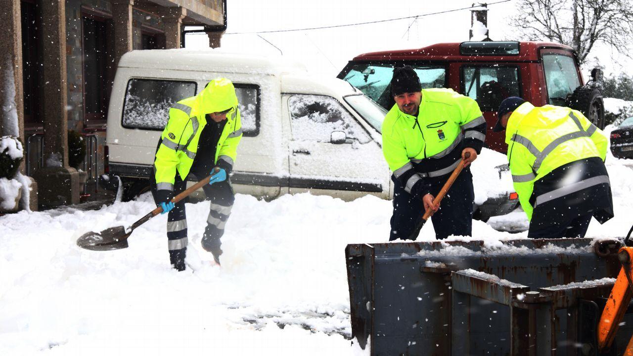 Operarios retirando la nieve en Aranga