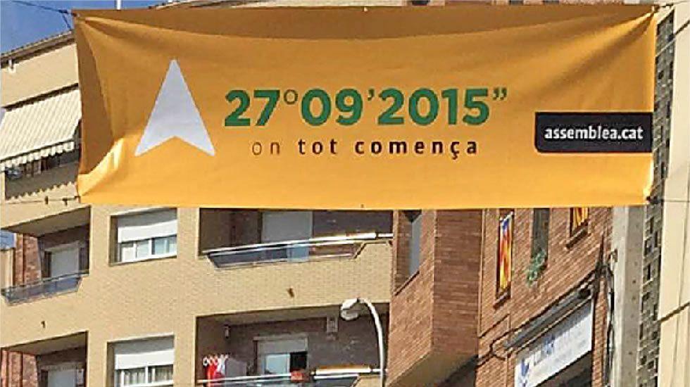 Los cabezas de lista de las elecciones catalanas.Pancarta de la Assemblea Nacional Catalana en Sant Vicenç.