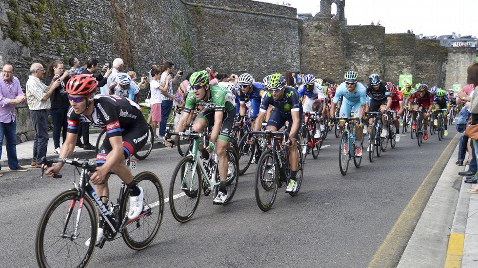 Las imágenes de la Vuelta en la etapa que llegó a Lugo.En la salida se guardó un minuto de silencio por las víctimas del terremoto en el centro de Italia
