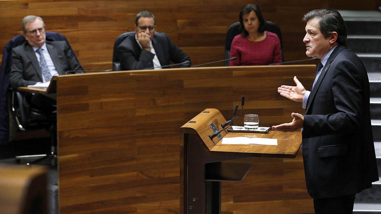 Mercedes Fernández mira su móvil mientras Gaspar Llamazares interviene y Javier Fernández toma notas, en la Junta General.javier Fernández en la segunda sesión del debate de orientacion