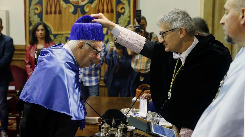 El químico italiano Enrico Clementi (i) fue investido hoy Doctor Honoris Causa durante un solemne acto celebrado en el Paraninfo de la Universidad de Oviedo presidido por el rector Santiago García Granda (2d).
