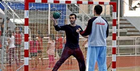 Gonzalo García-Alén defiende la portería durante un entrenamiento de la primera plantilla del equipo azul en el Municipal.