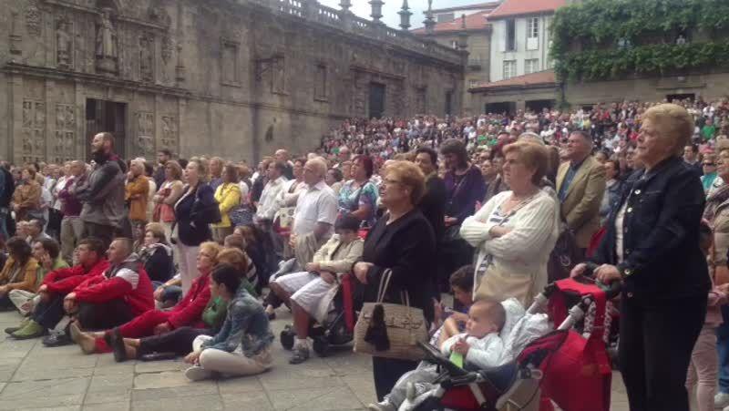 Decenas de personas siguen el funeral en A Quintana.Los niños del colegio Doña Emma celebran el quinto premio